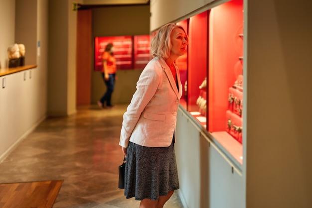 美術館を訪れる女性のポートレート