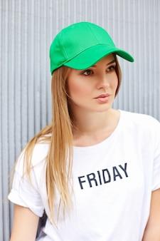 帽子をかぶっている女性の肖像画