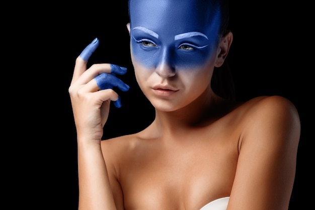 青いペンキで覆われたポーズをとっている女性の肖像画