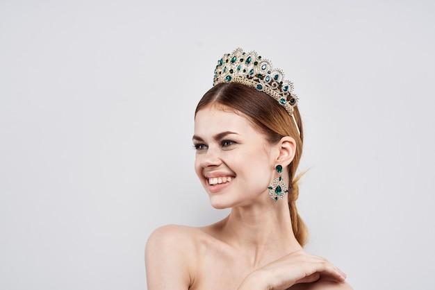 彼女の頭のメイクアップモデルのクローズアップライフスタイルに王冠を持つ女性の肖像画。高品質の写真