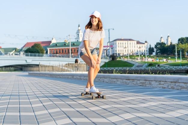 거리, 야외에서 스케이트 보드와 여자의 초상화.