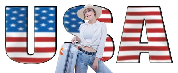 Портрет женщины с чемоданом, готовым к путешествию. рекламный щит с надписью «сша». смешанная техника