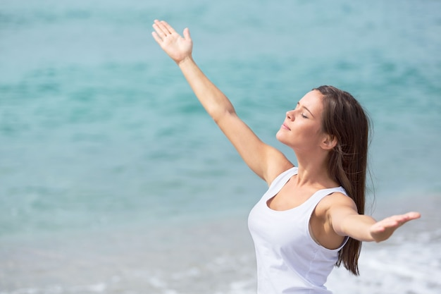 ビーチで開いている腕を持つ女性の肖像画