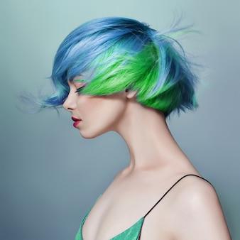 青紫のすべての色合いの明るい色の空飛ぶ髪の女性の肖像画。ヘアカラー、美しい唇とメイク。