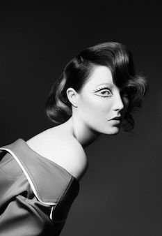 明るい色の空飛ぶ髪、茶色のすべての色合いを持つ女性の肖像画。ヘアカラー、美しい唇、メイク。風になびく髪。短い髪のセクシーな女の子。プロのカラーリング Premium写真
