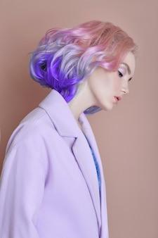 明るい色の空飛ぶ髪、すべて紫の色合いの女性の肖像画。ヘアカラー、美しい唇とメイク。風になびく髪。短い髪のセクシーな女の子