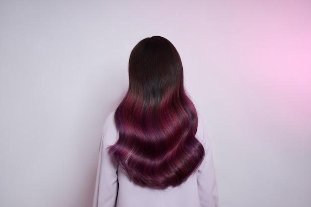 Портрет женщины с яркими цветными летающими волосами, все оттенки фиолетового.