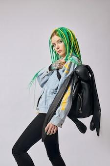 Портрет женщины с творчески окрашенные волосы в зеленый и желтый цвет.