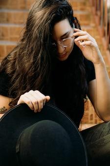 眼鏡をかけた女性の肖像画黒い帽子。