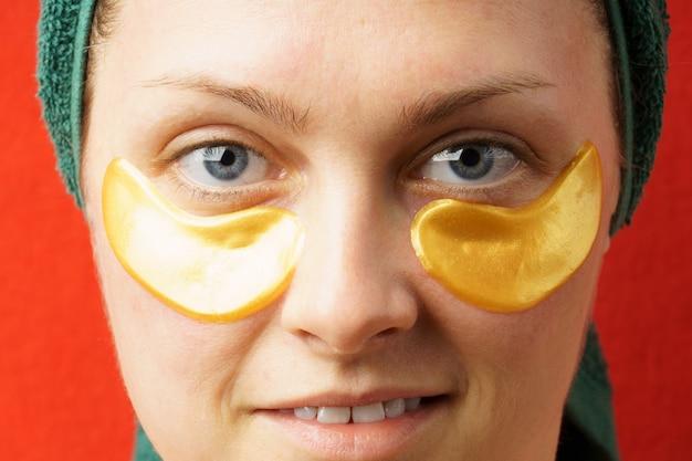 Портрет женщины с золотыми пятнами крупным планом