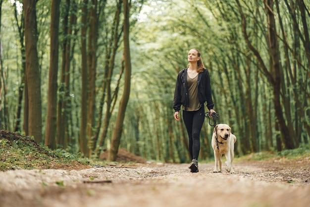 彼女の美しい犬を持つ女性の肖像画