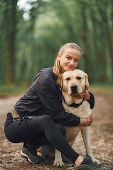 Портрет женщины с ее красивой собакой