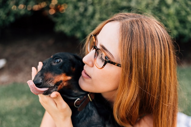 彼女の犬と舌を突き出した女性の肖像