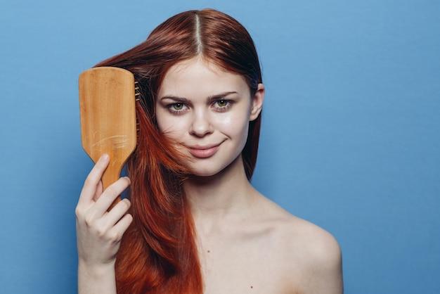 Портрет женщины с рыжими волосами без макияжа с расческой