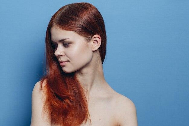 Портрет женщины с рыжими волосами без макияжа