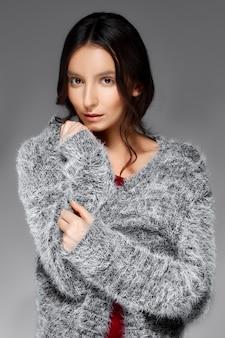 ふわふわのセーターで包む滑らかな髪を持つ女性の肖像画