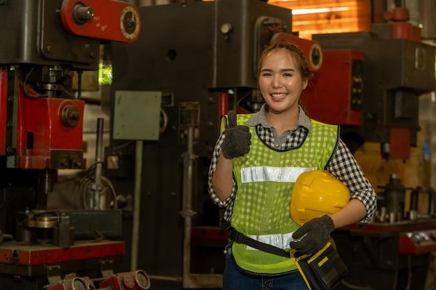 Портрет рабочего в шлеме, работающего на фабрике с различными процессами металлообработки