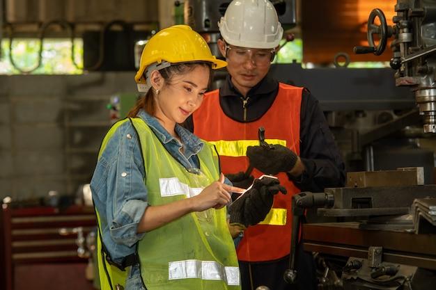 다양한 금속 가공 공정으로 공장에서 일하는 헬멧에 노동자의 초상
