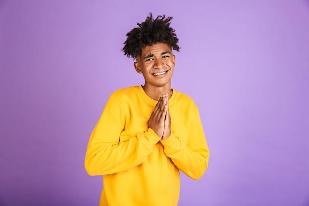 Портрет обеспокоенного молодого афроамериканца, просящего милостыню
