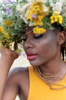 彼女の髪に花を持つ若いアフリカ系アメリカ人女性の肖像画。