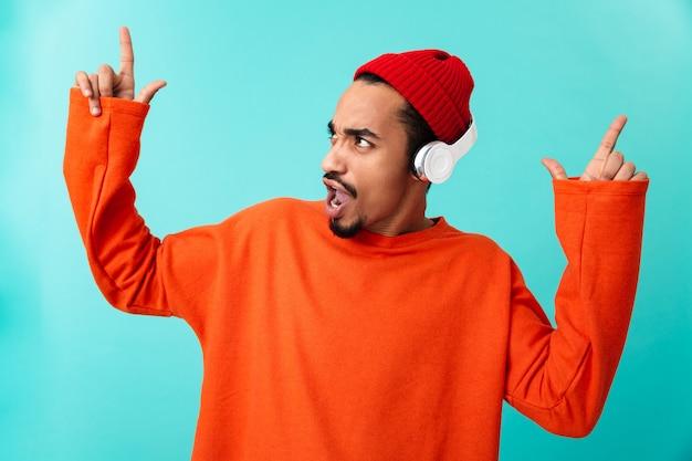 Портрет молодого афро-американского человека в шляпе
