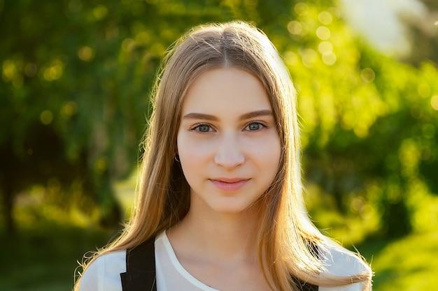 若くて美しい女性の肖像画新鮮な肌と美しい目のメイク