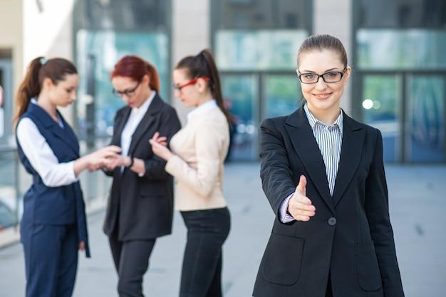 그녀의 손을 잡고 젊고 성공적인 사업 여자의 초상화