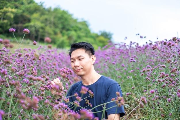 バーベナガーデンの背景にアジアの若者の肖像