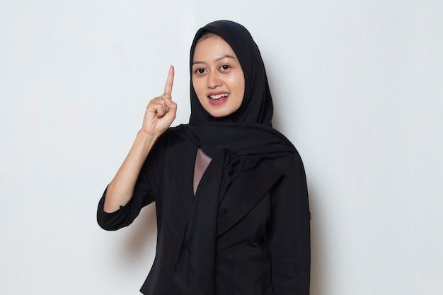 Портрет молодой азиатской мусульманской женщины думает идея