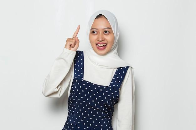 Портрет молодой азиатской мусульманской женщины думает об идее