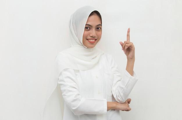 Портрет молодой азиатской мусульманской женщины думает