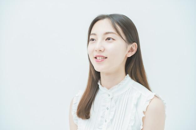 Портрет молодой азиатской женщины в плоском освещении