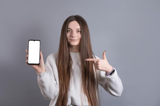 笑顔とポイントが簡単に暗い長い髪の若い魅力的な女の子の女性の肖像画