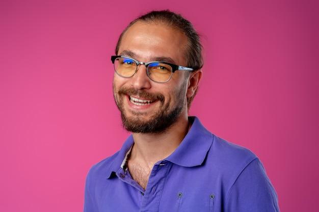 笑顔の若いひげを生やしたカジュアルな男の肖像画