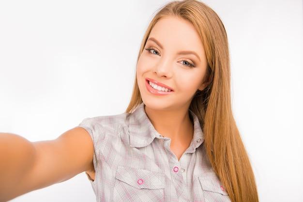 Портрет молодой красивой блондинки