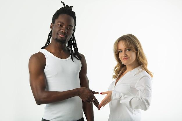 Портрет молодой красивой пары на белом фоне