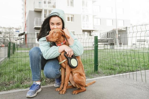若い美しい犬と少女の肖像画。