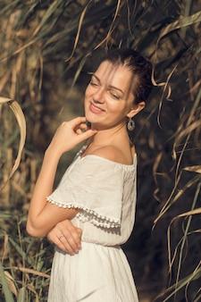 가벼운 드레스에 복고 스타일 갈대에 젊은 아름 다운 여자의 초상화.