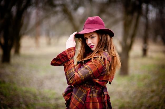 帽子をかぶっている美しい少女の肖像画