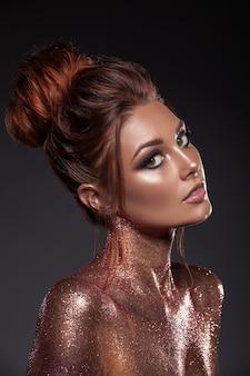 Портрет молодой красивой девушки с золотыми и бронзовыми блестками