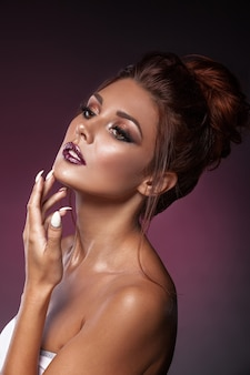 반짝임과 아름 다운 젊은 여자의 초상화