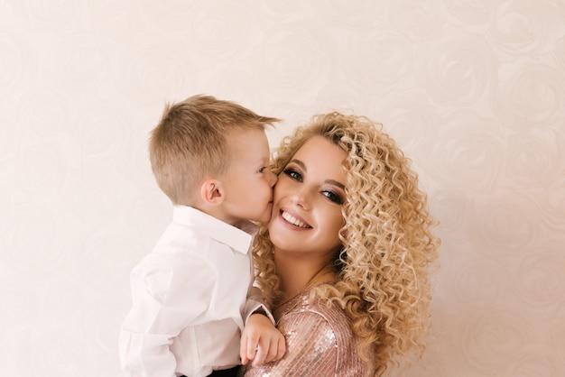 彼女の息子、幸せな家族と若い美しい母親の肖像画