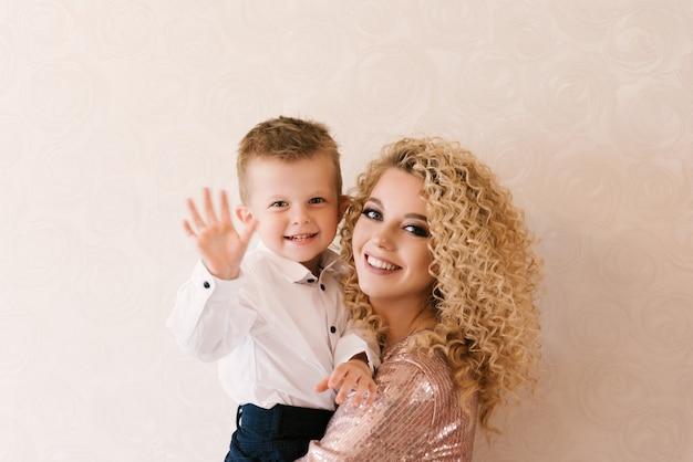 息子と幸せな家族を持つ若い美しい母親のポートレート