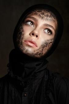 Портрет молодой красивой монахини с лицом