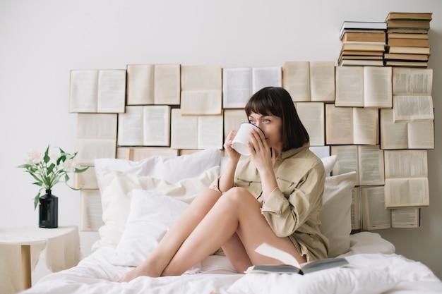 Портрет молодой красивой женщины в постели у себя дома