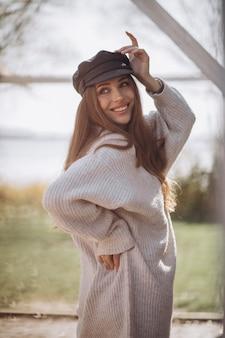 공원에서 젊은 아름 다운 여자의 초상화