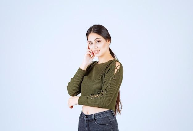 Портрет молодой красивой женщины модели счастливо позирует Бесплатные Фотографии