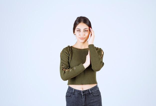 Портрет молодой красивой женщины модели, глядя на фронт