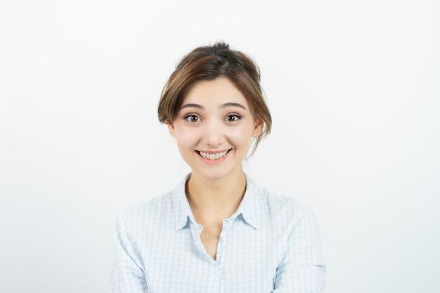 立って笑っている若い美しい女性の肖像画