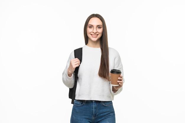 흰 벽에 커피 한 잔을 들고 있는 아름다운 젊은 여성의 초상화